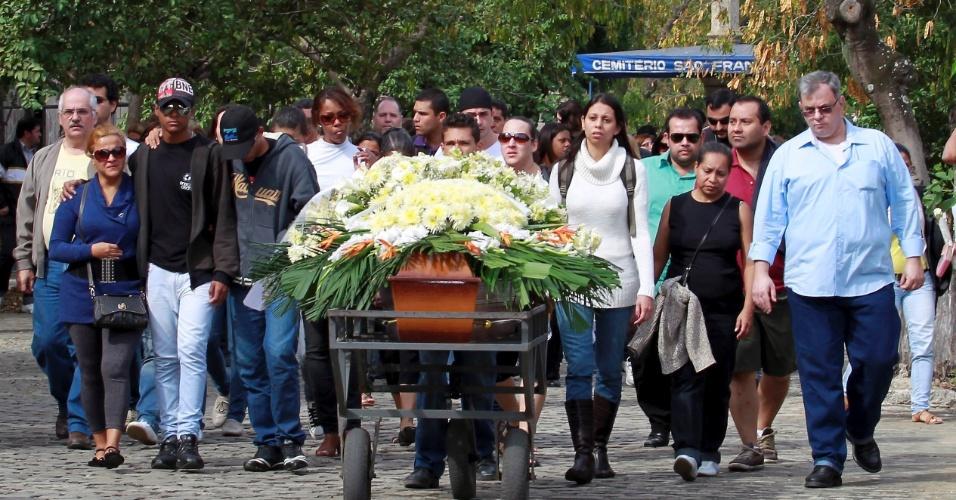 17.jul.2012 - Familiares e amigos comparecem ao enterro do inspetor da 19ª DP (Tijuca) Antônio Gama da Silva, 40, no cemitério do Caju, no Rio de Janeiro