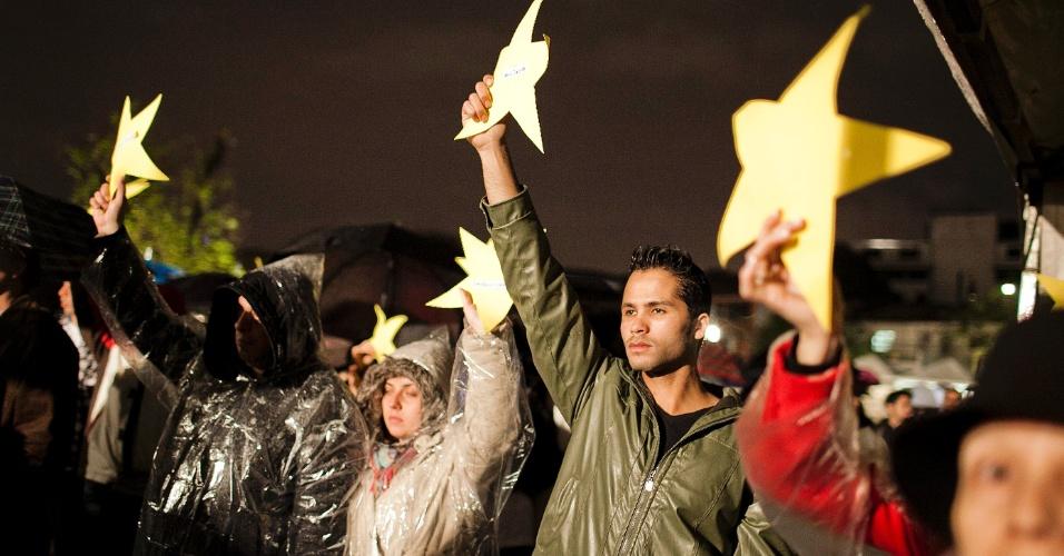 17.jul.2012 - Familiares e amigos fazem um minuto de silêncio para relembrar as vítimas do voo 3054 da TAM, que se acidentou há cinco anos e deixou 199 pessoas mortas. A tragédia ocorreu em frente ao aeroporto de Congonhas, em São Paulo. Às 18h51, horário exato da explosão do avião contra um prédio da própria companhia, a homenagem foi feita pelas famílias, durante a inauguração da praça batizada de Memorial 17 de Julho, localizada na avenida Washington Luiz, na zona sul de São Paulo, onde ocorreu o acidente