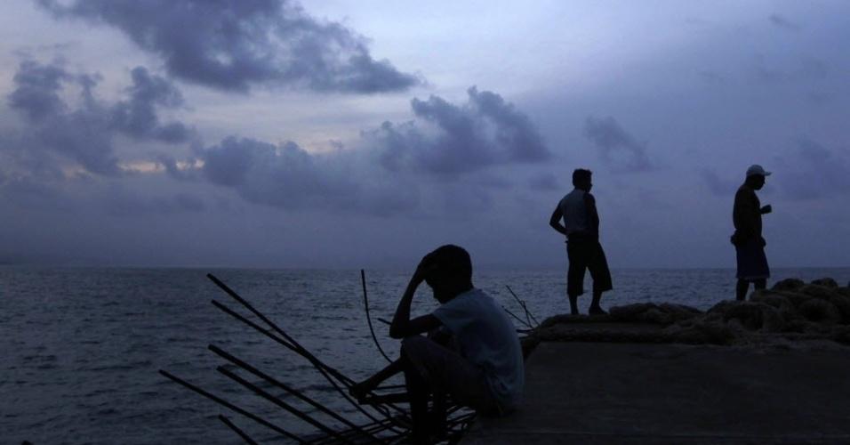 17.jul.2012 - Grupo observa a paisagem no arquipélago de  Kuna Yala, no Panamá, no fim de tarde desta terça-feira