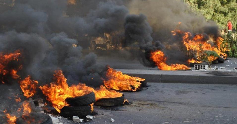 17.jul.2012 - Imagem divulgada nesta terça-feira (17) mostra pneus queimados durante manifestação contrária ao governo sírio, em Damnasco