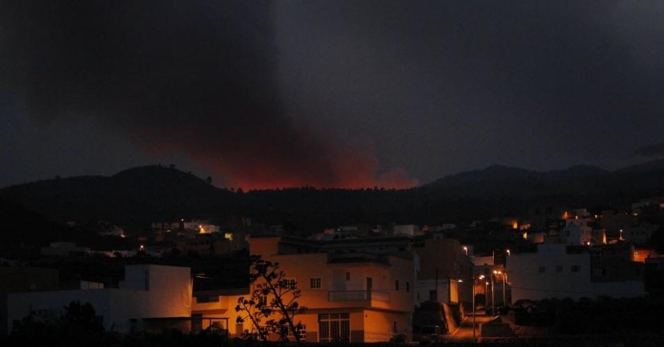 17.jul.2012 - Incêndio consome área florestal, nas ilhas Canárias (Espanha), nesta terça-feira. O fogo começou no domingo (15) e já atinge uma área de 1.800 hectares. Cerca de 90 moradores locais foram forçados a deixarem suas casas
