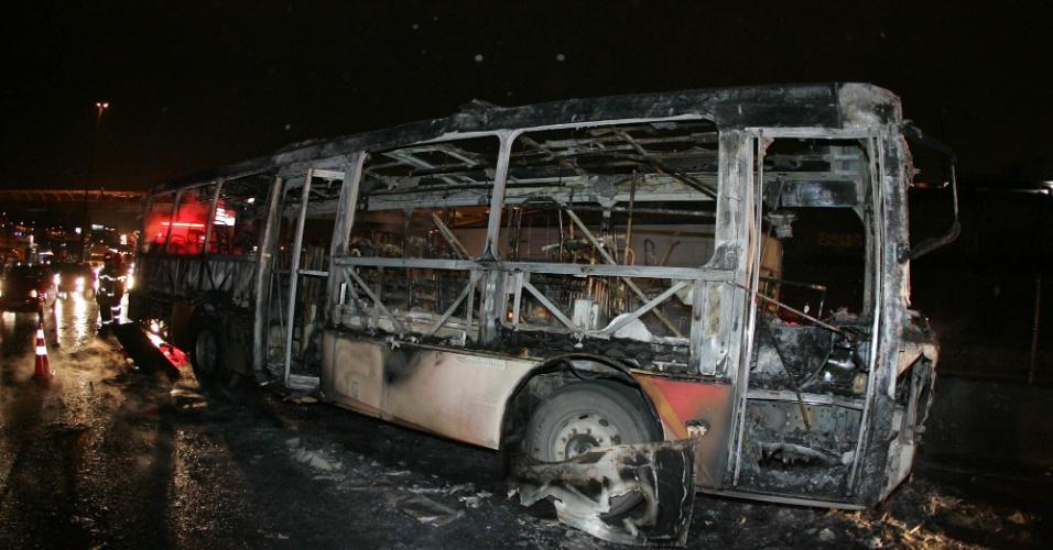 17.jul.2012 - Ônibus foi incendiado na altura do km 214 da Dutra, na região de Guarulhos (SP), na noite desta terça-feira. Segundo informações iniciais, homens teriam ateado fogo no coletivo. Não há dados sobre feridos