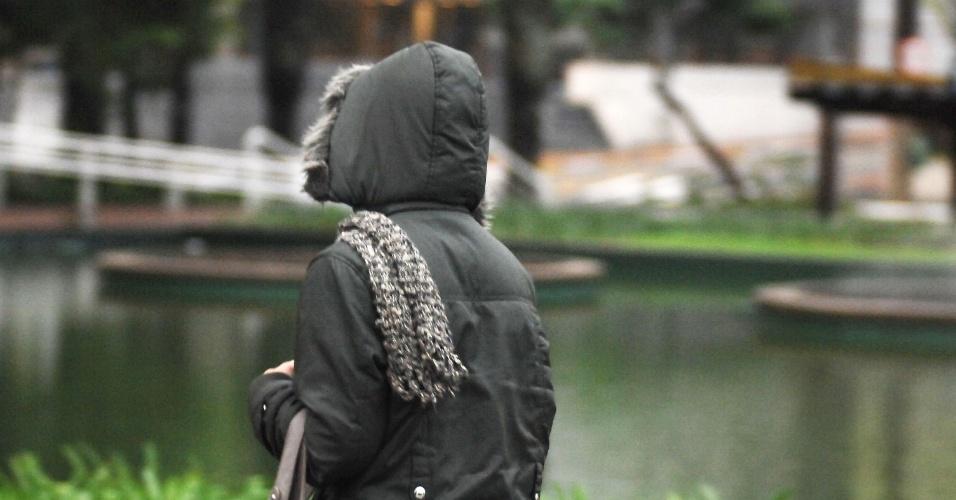 17.jul.2012 - Pedestre enfrenta o frio e a chuva na manhã desta terça-feira (17), no centro de São Paulo. A previsão é de chuva durante o dia e à noite, com temperatura máxima de 16ºC e mínima de 11ºC