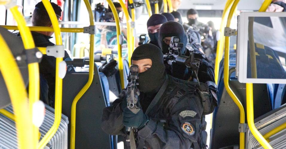 17.jul.2012 - Policiais do Bope simulam ação contra assalto em ônibus durante visita ao BRT Transoeste, corredor expresso que liga a Barra da Tijuca à Santa Cruz, na zona oeste do Rio de Janeiro