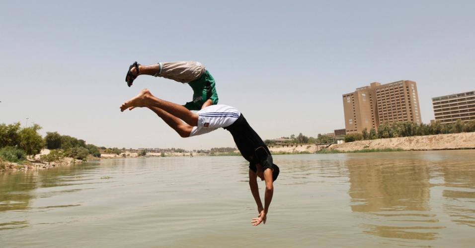 17.jul.2012 - Rapaz pula no rio Tigris durante tarde quente de verão nesta terça-feira (17), em Bagdá, no Iraque