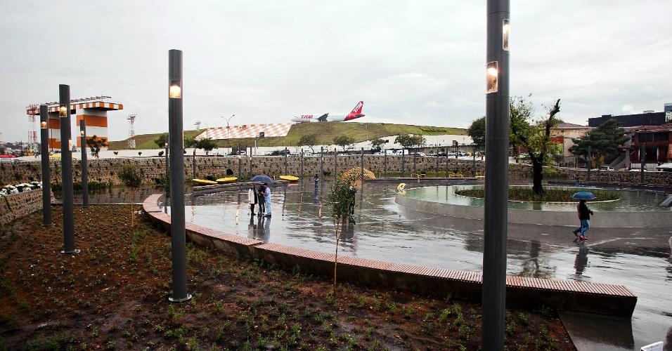 17.jul.2012 - São Paulo ganha a praça batizada de Memorial 17 de Julho, que homenageia as vítimas do acidente da TAM, ocorrido há exatos cincos anos. O local funciona onde o Airbus 320 da empresa se chocou contra um prédio da mesma companhia, na avenida Washington Luiz, em 2007