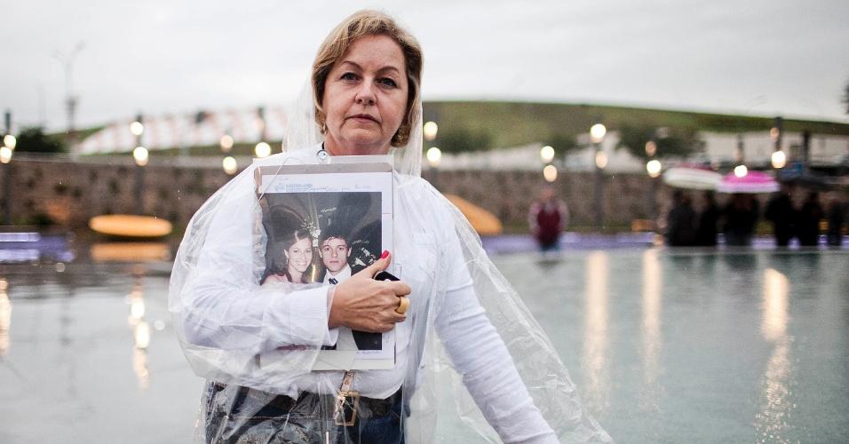 17.jul.2012 - Silvia Masseran Xavier, que perdeu a filha Paula Masseran, que tinha 23 anos, participa da inauguração de praça em homenagem às vítimas, batizada de Memorial 17 de Julho. O local fica na avenida Washington Luiz, na zona sul de São Paulo, onde ocorreu o acidente há cinco anos