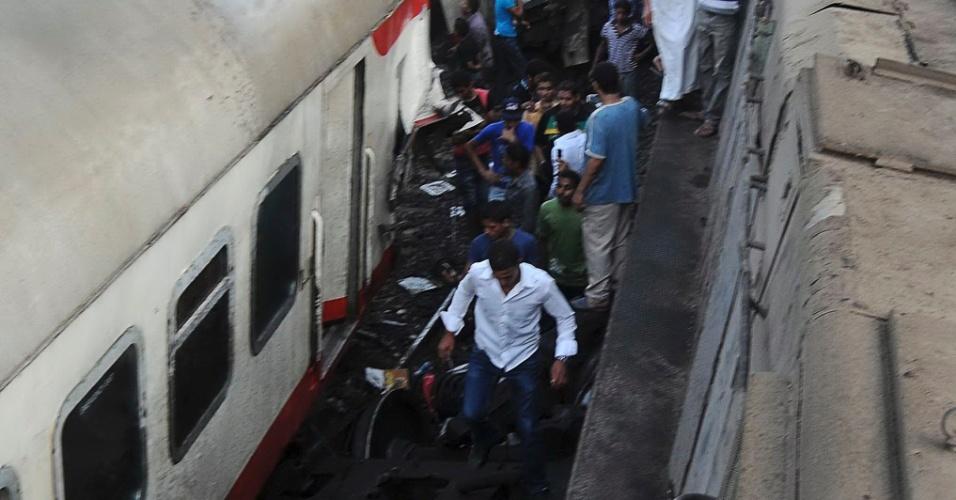 17.jul.2012 - Trem de passageiros descarrilou nesta terça-feira (17) em uma cidade próxima ao Cairo, no Egito. Várias pessoas morreram e muitas ficaram feridas