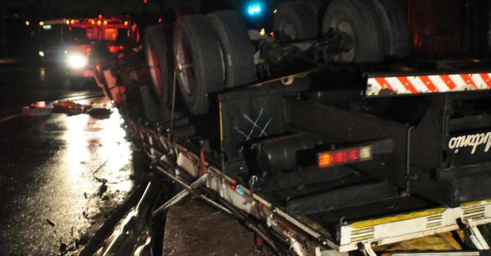 17.jul.2012 - Um caminhão capotou na madrugada desta terça-feira (17) na avenida Sapopemba, sob o viaduto do Rodoanel, zona leste de São Paulo. O motorista ficou preso às ferragens e foi levado ao pronto socorro de Sapopemba