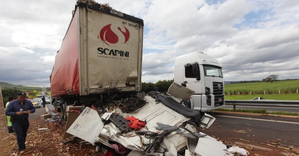17.jul.2012 - Um caminhão com carregamento de cigarros bateu na traseira de caminhão canavieiro na rodovia Anhanguera, km 272, próximo a São Simão (GO). Um dos motoristas morreu na hora
