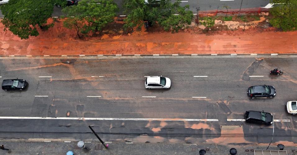 17.jul.2012- Avenida Faria Lima, na zona oeste de São Paulo, tem trecho com lama que vem de canteiro central,  nesta terça-feira. Segundo os meteorologistas do CGE (Centro de Gerenciamento de Emergências), a chuva deve continuar atingindo a cidade nas próximas horas, variando a intensidade de moderada à forte