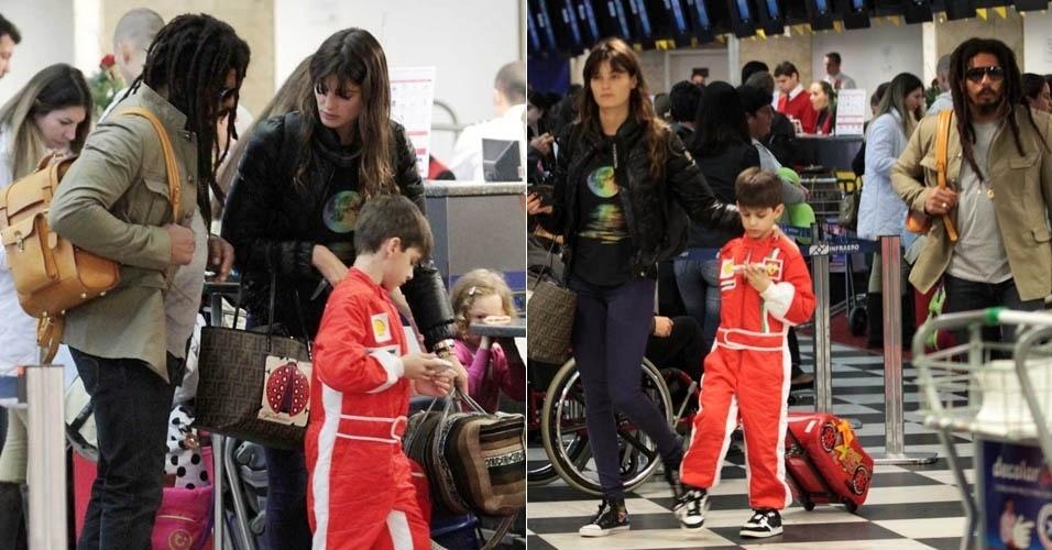 Ao lado de Rohan Marley e do filho, Isabeli Fontana embarca no aeroporto de Congonhas, em São Paulo (17/7/2012)