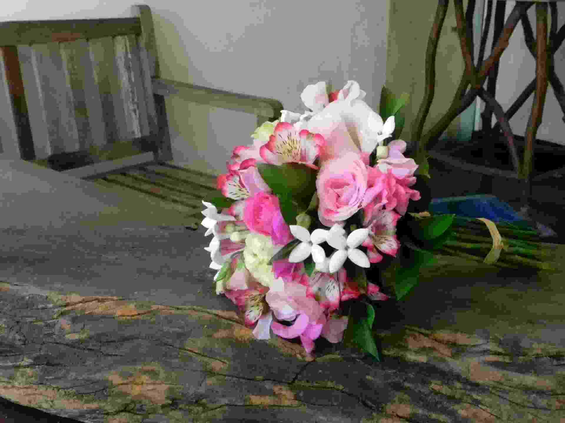 Buquê composto com rosas cor de rosa, hortências brancas, alstroemérias, ervilhas de cheiro, buvárdias e folhagens de ruscus; por R$ 400, na Escarlate Flores (www.escarlateflores.com). Preço consultado em julho de 2012 e sujeito a alterações              - Escarlate Flores/Divulgação