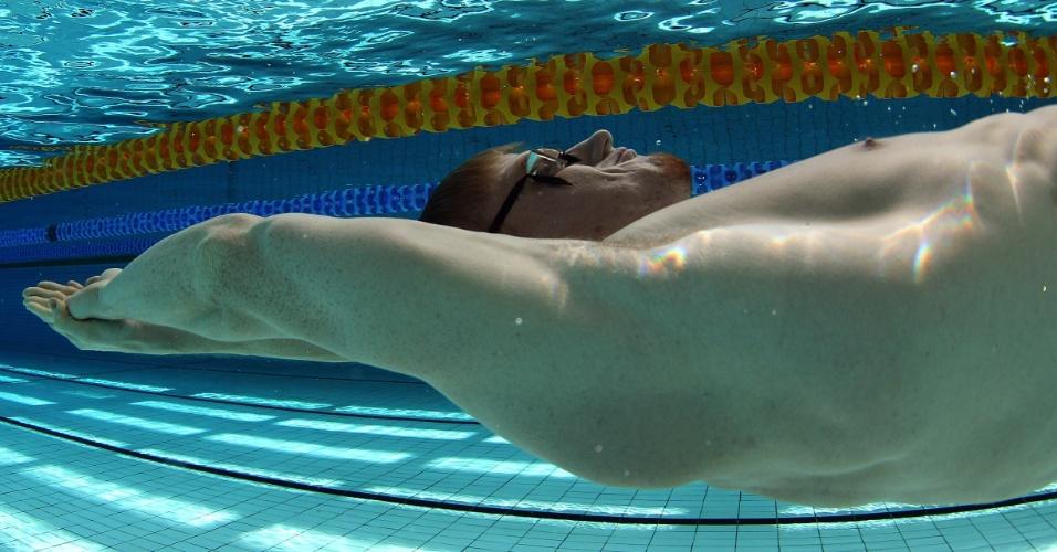 O brasileiro Daniel Orzeckowski treina para Londres-2012 na piscina do CT de Crystal Palace