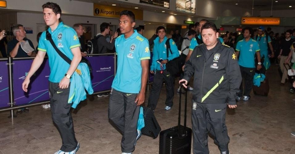 Delegação da seleção brasileira desembarcou no aeroporto de Londres, nesta terça-feira