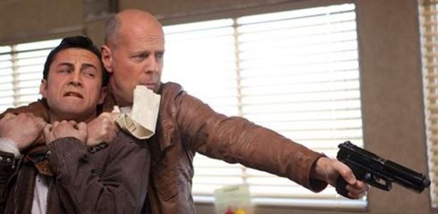 """Joseph Gordon-Levitt e Bruce Willis em cena de """"Looper"""", filme que abrirá o Festival de Toronto 2012"""
