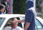 Descalço, noivo de Miley Cyrus discute com paparazzo - Brainpix