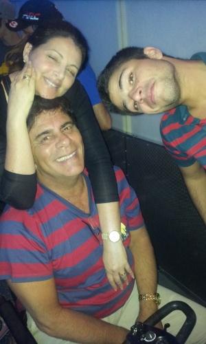 Sônia Lima posa ao lado do marido, Wagner Montes, e do filho, Diego Montez (2010)