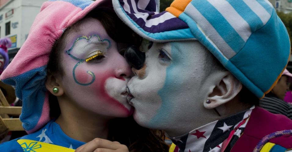 18.jul.2012 - Casal de palhaços marca presença em peregrinação que homenageia a virgem de Guadalupe, padroeira do México, na Cidade do México