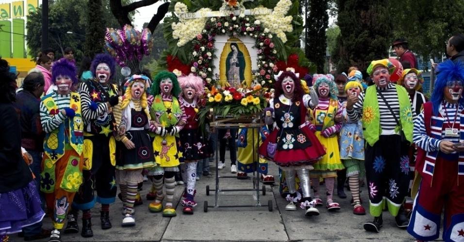 18.jul.2012 - Centenas de palhaços participam de peregrinação de fiéis que visitam a padroeira do México, Nossa Senhora de Guadalupe, na Cidade do México, nesta quarta-feira (18)