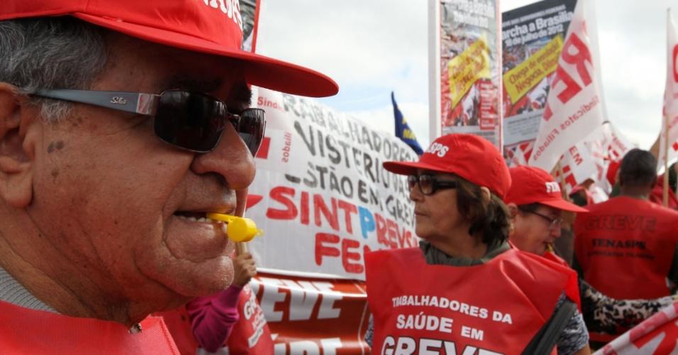 18.jul.2012 - Trabalhadores da saúde marcam presença na Marcha dos Servidores Públicos Federais realizada nesta quarta-feira, em Brasília. A categoria reivindica reajustes salariais ao funcionalismo público