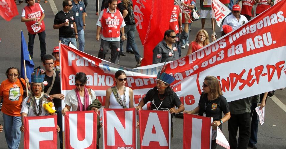 18.jul.2012 - Funcionários da Funai (Fundação Nacional do Índio) participam de manifestação organizada pela CUT (Central Única dos Trabalhadores), na praça dos Três Poderes, em Brasília, para pressionar o governo federal a conceder reajustes ao funcionalismo público