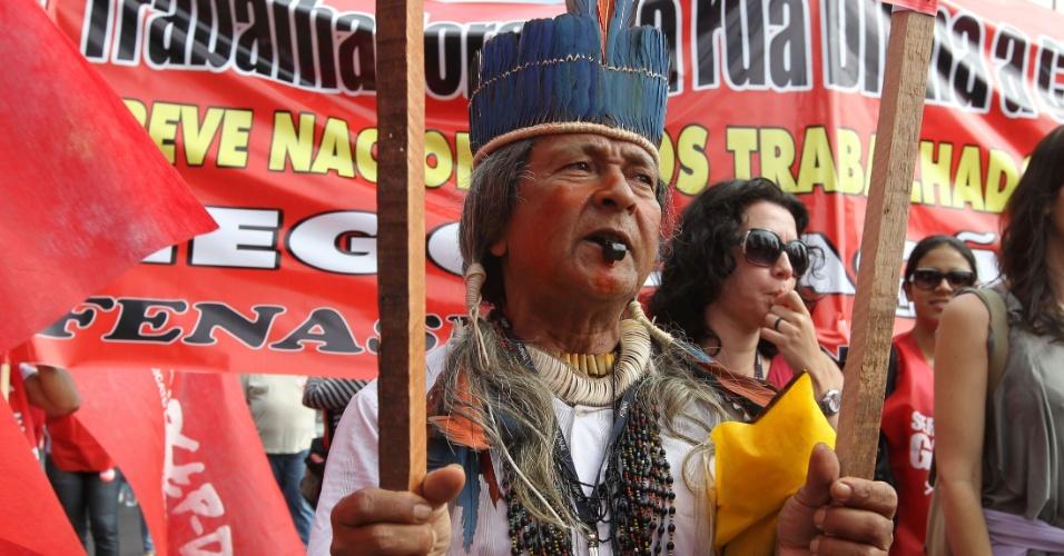 18.jul.2012 - Índio participa de Marcha dos Servidores Públicos Federais realizada nesta quarta-feira, em Brasília. A categoria reivindica reajustes salariais ao funcionalismo público