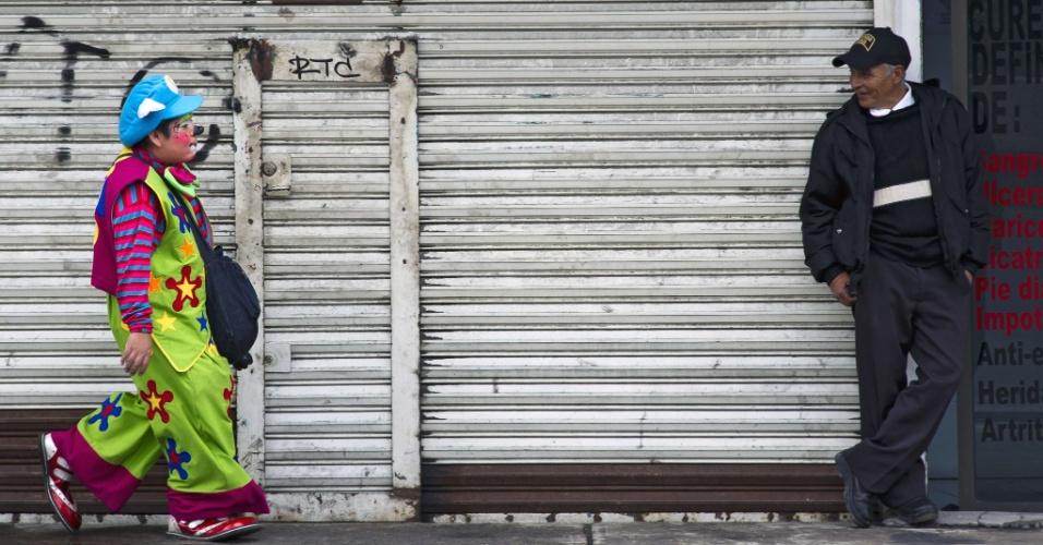 18.jul.2012 - Palhaço faz graça pelas ruas da Cidade do México durante peregrinação em homenagem a Nossa Senhora de Guadalupe, padroeira do México