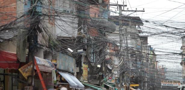 População da favela Rio das Pedras, em Jacarepaguá, na zona oeste, convive com ligações clandestinas de eletricidade