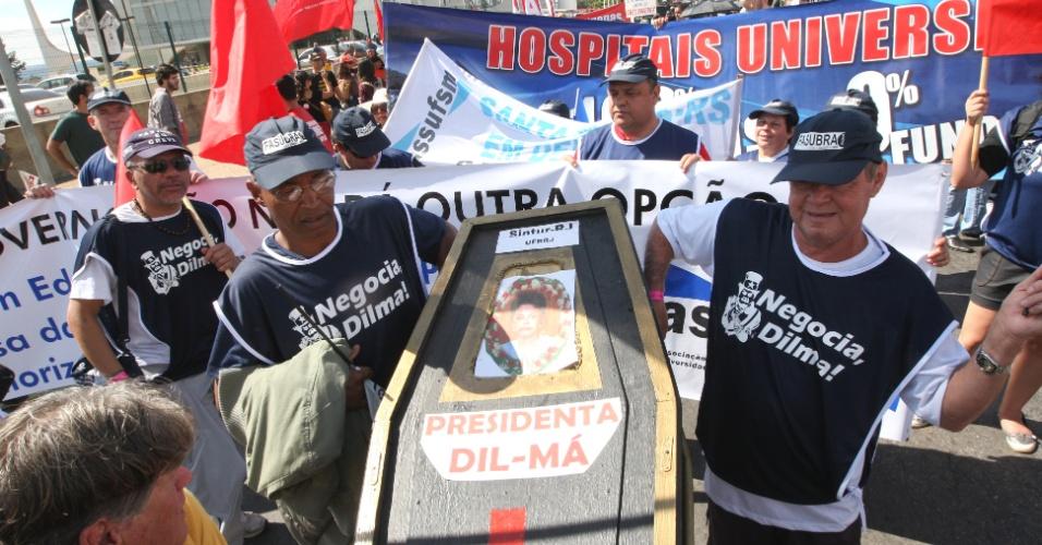 18.jul.2012 - Servidores públicos federais carregam caixão simbólico da presidente Dilma Rousseff durante marcha realizada nesta quarta-feira, em Brasília. A categoria reivindica reajustes salariais ao funcionalismo público
