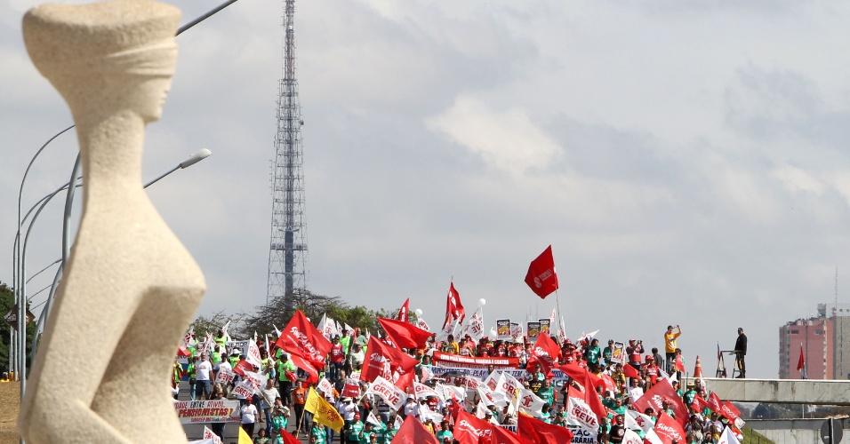 18.jul.2012 - Servidores públicos federais se reúnem na praça dos Três Poderes, em Brasília, para pressionar o governo federal a conceder reajustes ao funcionalismo público