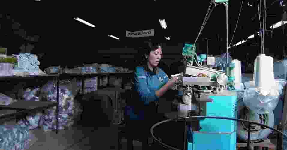 18.jul.2012 - Uma série fotográfica da artista mexicana Dulce Pinzón retrata imigrantes latino-americanos que vivem ilegalmente nos EUA - principalmente mexicanos - como super-heróis clássicos dos quadrinhos - Dulce Pinzón/BBC Brasil