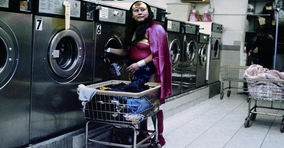18.jul.2012 - Uma série fotográfica da artista mexicana Dulce Pinzón retrata imigrantes latino-americanos que vivem ilegalmente nos EUA - principalmente mexicanos - como super-heróis clássicos dos quadrinhos