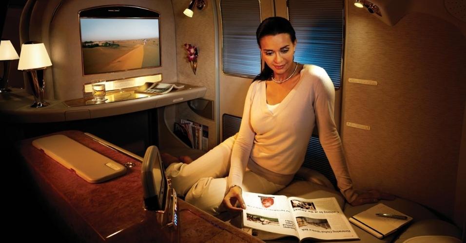 A primeira classe da Emirates oferece luxuosas cabines privativas para os passageiros