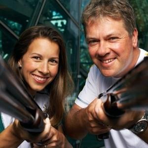 Casada com o atirador Russell Mark, Lauryn fez ensaio fotográfico para revista australiana graças a uma aposta perdida no marido