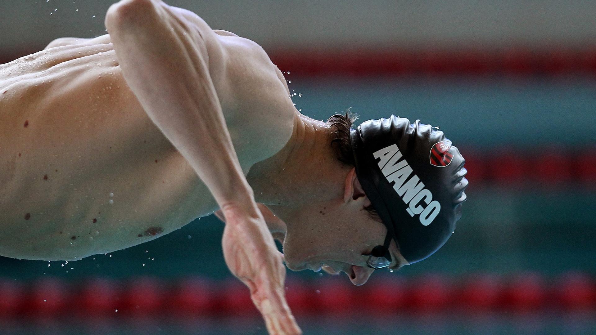 Cesar Cielo mergulha para iniciar seu treino em Londres nesta quarta-feira (18/07)
