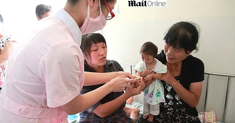 Chinesinha de três anos é a menor criança do mundo e não deve mais crescer