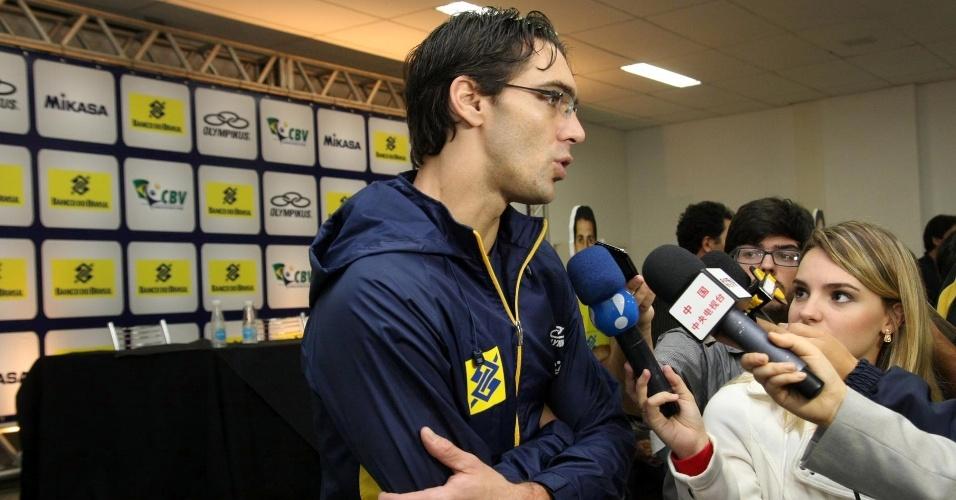 Convocado por Bernardinho, o ponteiro Giba conversou com os jornalistas no centro de treinamento da CBV, em Saquarema, no Rio de Janeiro