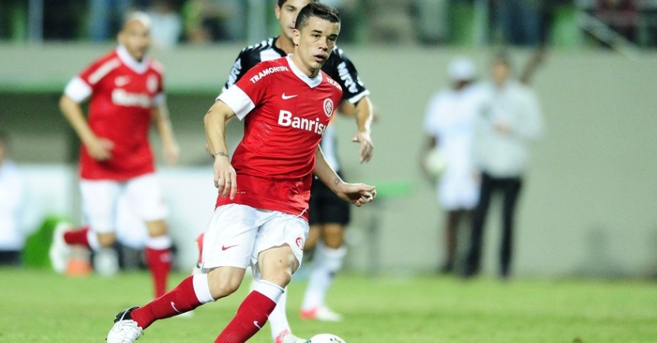 D'Alessandro tenta jogada antes de ser expulso no 1º tempo de Atlético-MG x Inter (18/07/12)