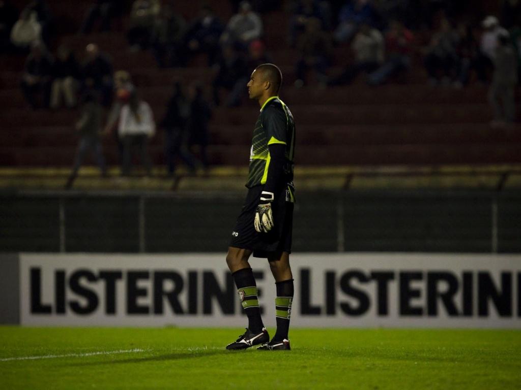 Dida, goleiro da Portuguesa, observa a partida contra o Cruzeiro, no Canindé