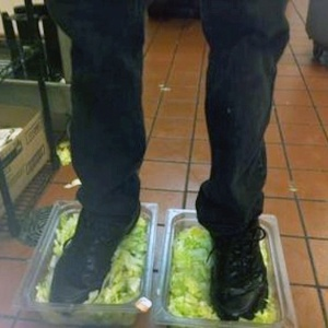 Foto publicada em fórum anônimo mostra funcionário do Burger King pisando dentro de recipientes com alface; ele foi identificado e demitido