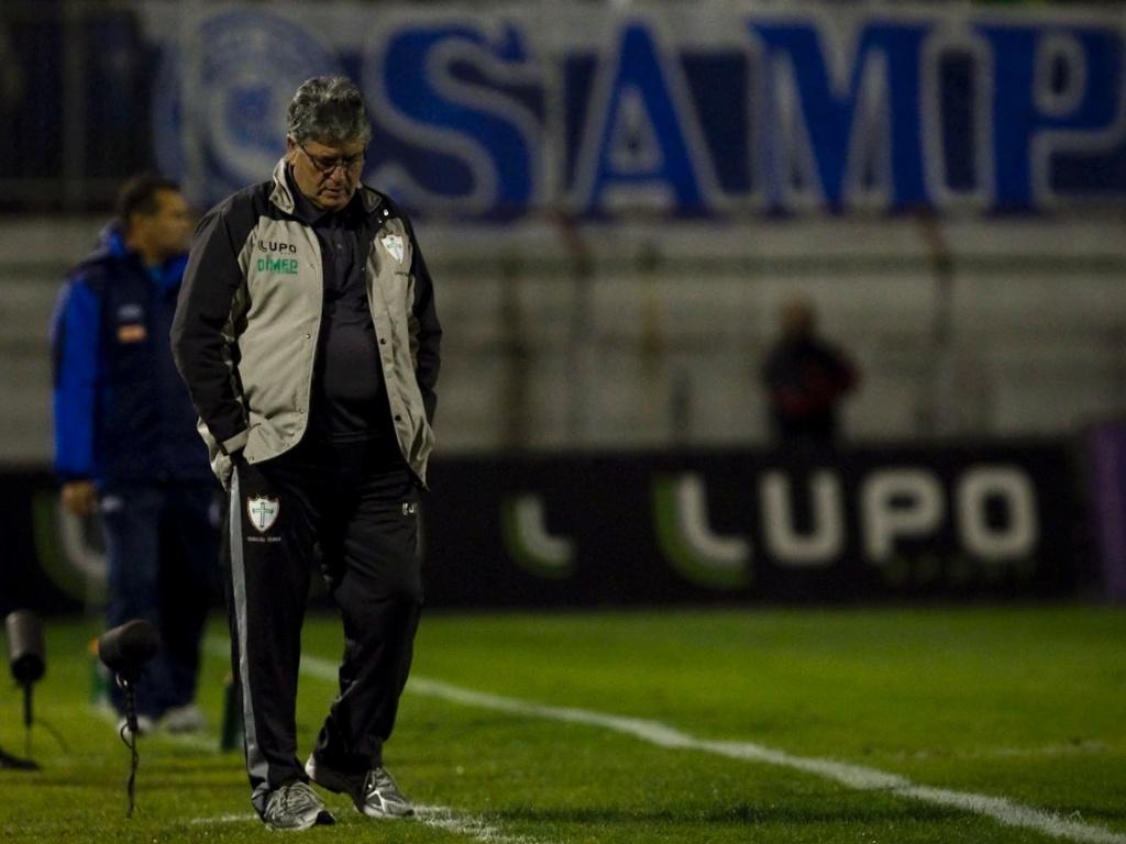 Geninho, técnico da Portuguesa, caminha pela área técnica durante o jogo contra o Cruzeiro