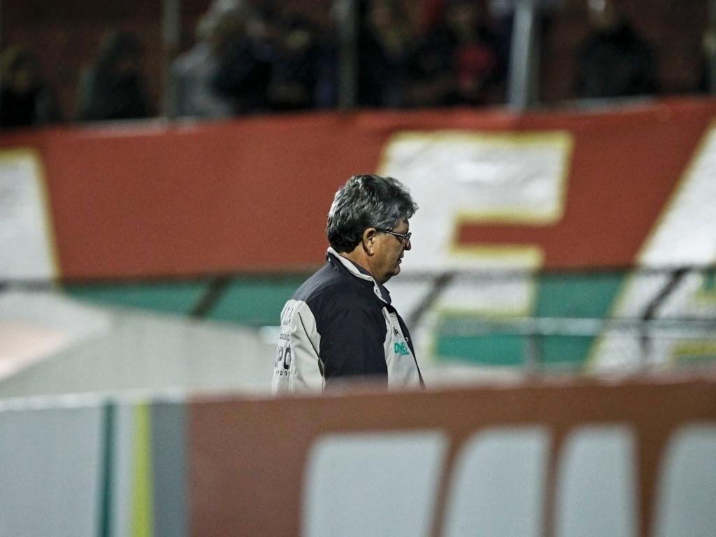 Geninho, técnico da Portuguesa, deixa o campo após a derrota por 2 a 0 para o Cruzeiro, no Canindé