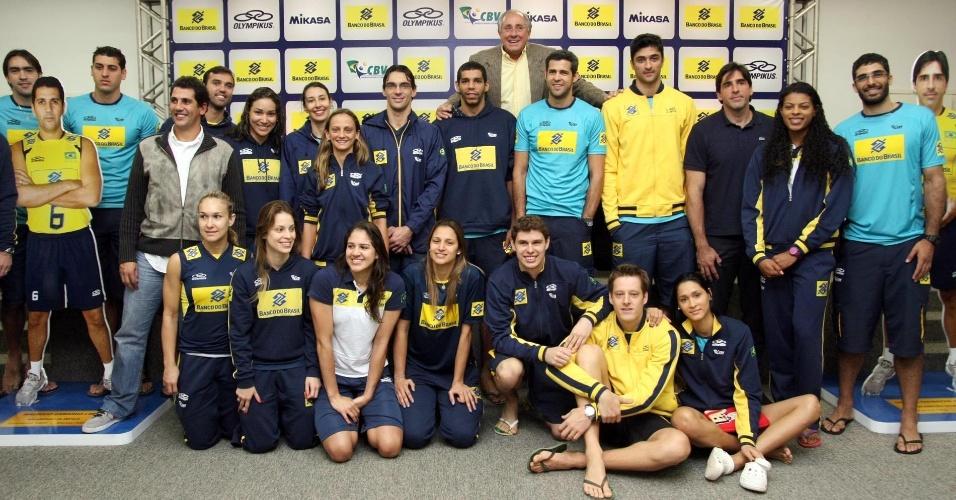 Jogadores das delegações feminina e masculina de vôlei do Brasil se reuniram para treino e coletiva no Centro de Treinamento da CBV, no Rio de Janeiro, nesta quarta-feira (18)