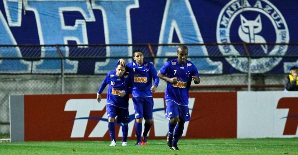 Jogadores do Cruzeiro comemoram o gol marcado por Wellington Paulista na vitória sobre o Flamengo