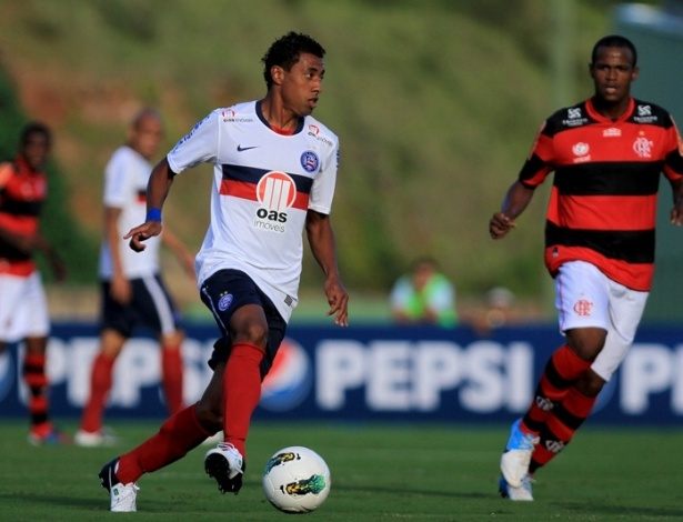 Kleberson tenta organizar jogada de ataque do Bahia em jogo contra o Flamengo