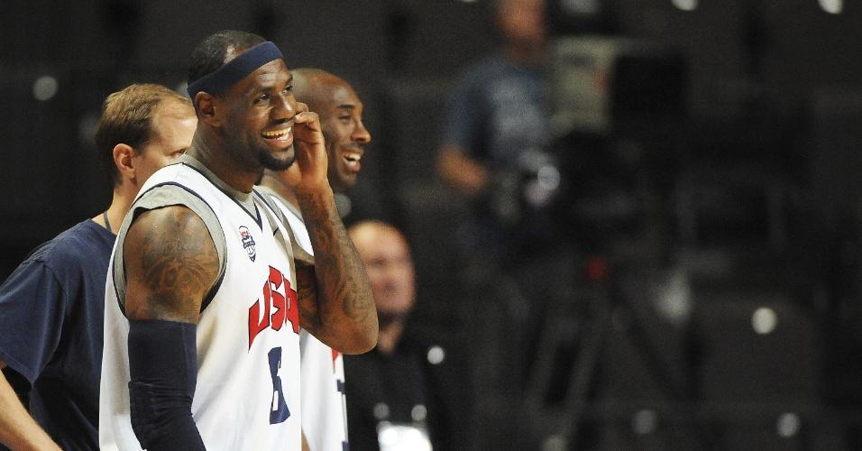 LeBron James e Kobe Bryant brincam em treino da seleção de basquete dos Estados Unidos (18/07/12)