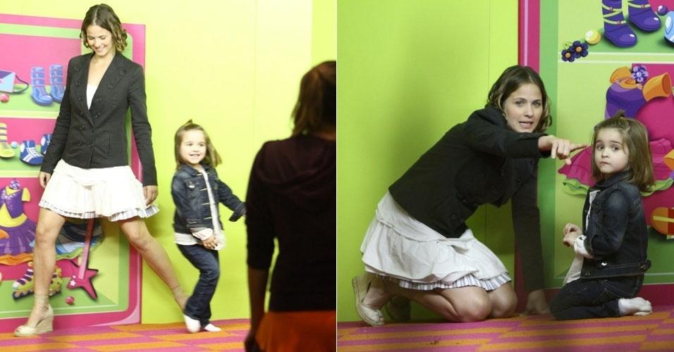 Luiza Valdetaro brinca com a filha no Rio de Janeiro (17/7/12)