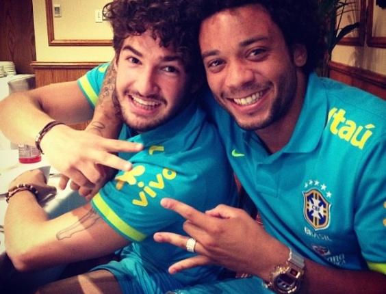 Marcelo e Alexandre Pato tiram foto antes de jantar em Saint Albans, aonde a seleção está concentrada desde ontem