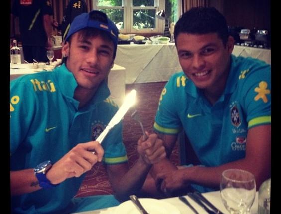 Neymar e Thiago Silva fazem pose antes de jantarem em Saint Albans, local de concentração da equipe de Mano Menezes